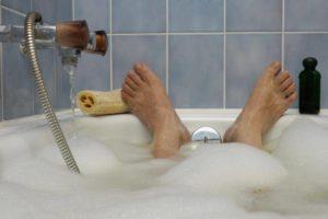 نشستن در لگن آب گرم درد ناشی از هموروئید را کاهش می دهد.